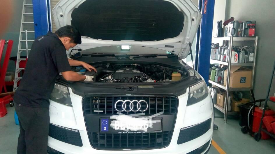 Audi Q7 V6 Change Engine Oil Oil Filter And Spark Plug The